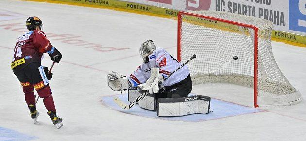 Jakub Konečný ze Sparty střílí gól. Vpravo je brankář Karlových Varů Vladislav Habal.