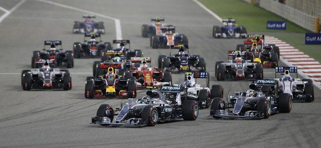 Němec Nico Rosberg v čele Velké ceny Bahrajnu bezprostředně pos startu.