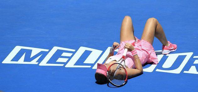 Česká tenistka Lucie Hradecká leží na kurtu během zápasu s Anou Ivanovičovou.