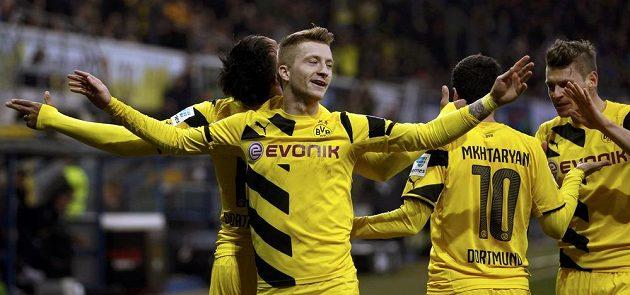 Dortmundští Marco Reus, Pierre-Emerick Aubameyang, Henrich Mchitaryan a Lukasz Piszczek slaví gól proti Paderbornu.