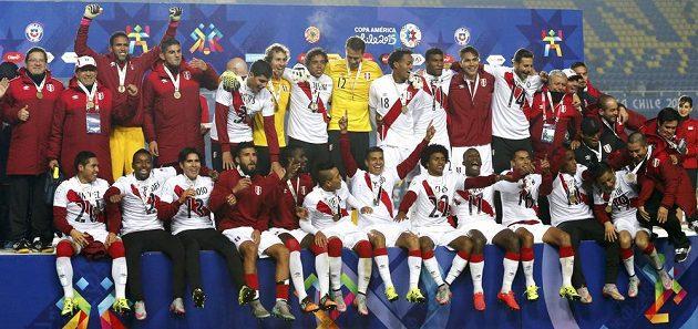 Fotbalisté Peru slaví bronzové medaile na Copě Americe.