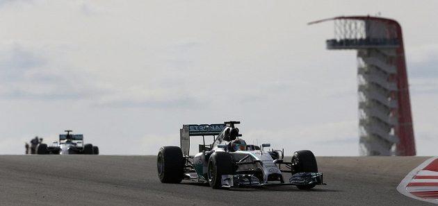 Lewis Hamilton na čele závodu ve Velké ceně USA.