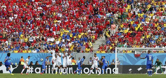 Italský fotbalista Andrea Pirlo zahrává přímý volný kop proti Kostarice.