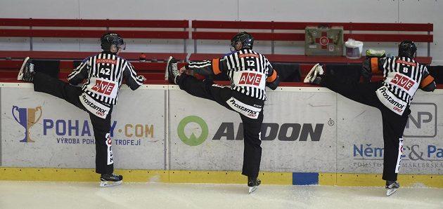 Rozcvičování rozhodčích před utkáním 11. kola baráže o hokejovou extraligu mezi HC Dukla Jihlava a HC Energie Karlovy Vary.