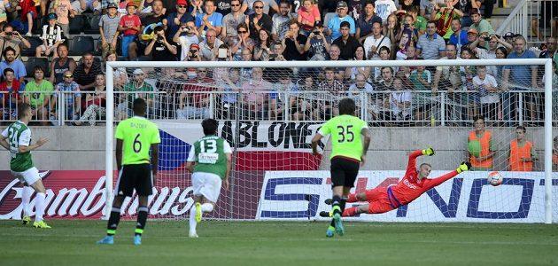 Jablonecký záložník Ján Greguš (vlevo) střílí svou penaltu do tyče.