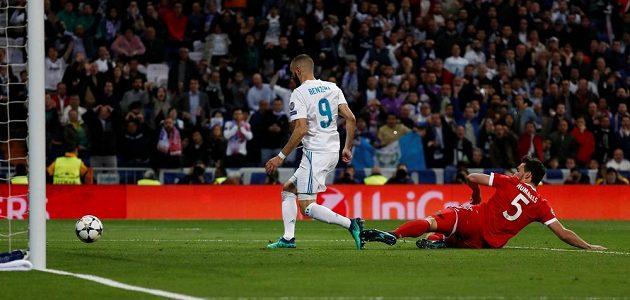 Karim Benzema dává druhý gól Realu v odvetě proti Bayernu.