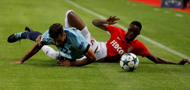 Adama Diakhaby z Monaka v nefotbalové pozici s Felipem z Porta.