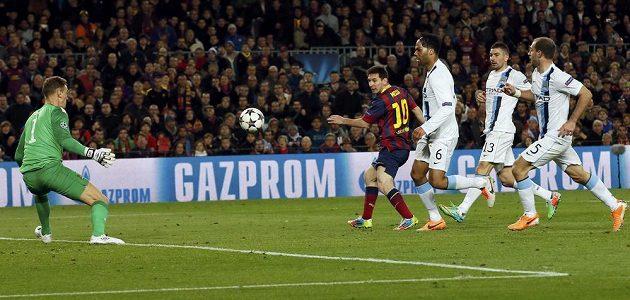 Lionel Messi (druhý zleva) z Barcelony překonává brankáře Manchesteru City Harta v odvetném osmifinálovém utkání Ligy mistrů.