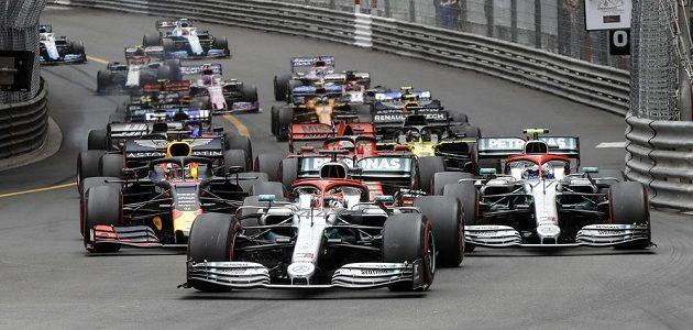 Čelo závodu po startu Velké ceny Monaka.
