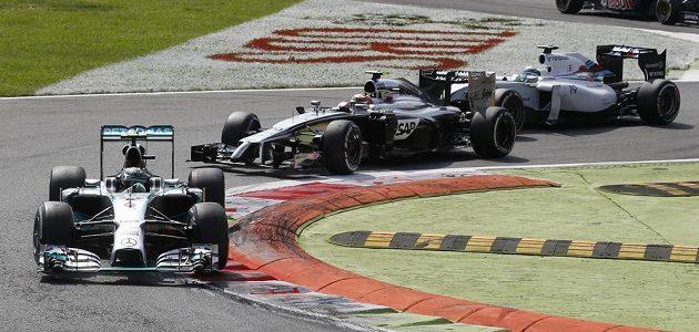 Mercedes Nica Rosberga pronásledovaný mclarenem Kevina Magnussena a williamsem Felipeho Massy.