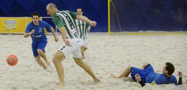 Jan Koller (druhý zleva), nejlepší střelec české fotbalové reprezentace, si vyzkoušel svoje uměníi v plážovém fotbale v týmu Bohemians.