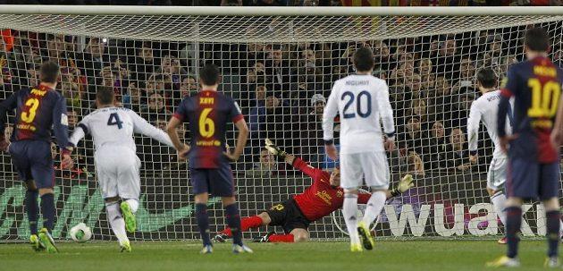 Brankář Barcelony José Manuel Pinto neměl proti penaltě Cristiana Ronalda nárok.