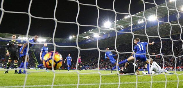 Míč se třepotá v sítí a Chelsea po střele Alonsa (není na snímku) vstřelila úvodní gól do sítě Leicesteru.