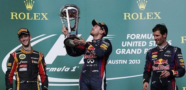 Stupně vítězů v Austinu - zleva druhý Romain Grosjean, vítězný Sebastian Vettel a třetí Mark Webber.