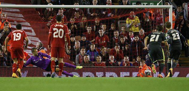 Patrick Bamford z Middlesbrough (zcela vpravo) překonává z pokutového kopu liverpoolského brankáře Simona Mignoleta a ve 127. minutě srovnává stav zápasu na 2:2.