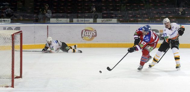 Zleva Martin Thornberg z HC Lev Praha střílí gól do prázdné branky při power-play Čerepovce. Vpravo je Nikolaj Žerděv z Čerepovce, vlevo jeho spoluhráč Alexander Jevsejenkov.