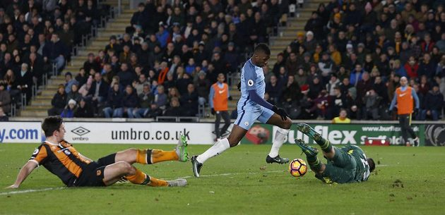 Kelechi Iheanacho z Manchesteru City se trefuje do branky Hullu.