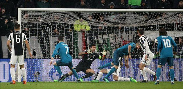 Cristiano Ronaldo (7) dává gól v Turíně proti Juventusu ve čtvrtfinále Ligy mistrů.