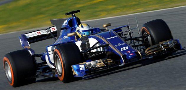 Marcus Ericsson s vozem Sauber při testech v Barceloně.