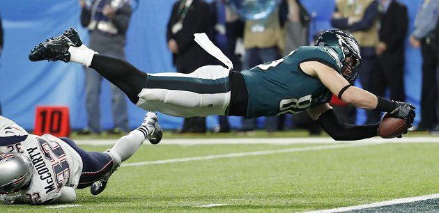 Zach Ertz z Philadelphie Eagles skóruje při Super Bowlu.