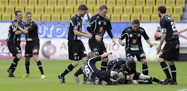 Fotbalisté Hradce Králové se radují ze vstřelení branky na hřišti Teplic.