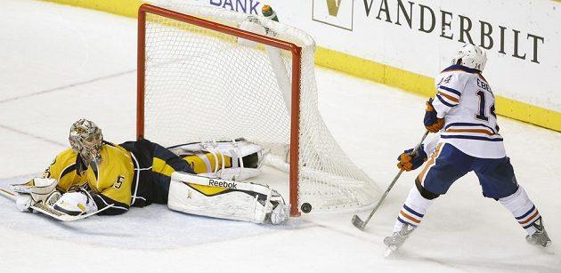 Pekka Rinne (35) v bráně Nashvillu pochytal proti Edmontonu všechno, nepřekonal ho ani Jordan Eberle (14) z trestného střílení.