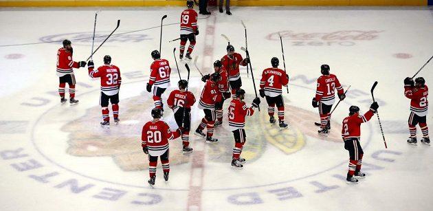 Hokejisté Chicaga děkují svým fanouškům po rekordní výhře nad Sharks.