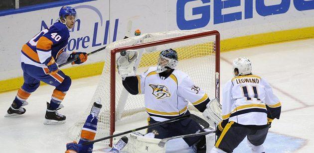 Marek Mazanec v brance Nashvillu vykrývá horní růžek v utkání s NY Islanders.