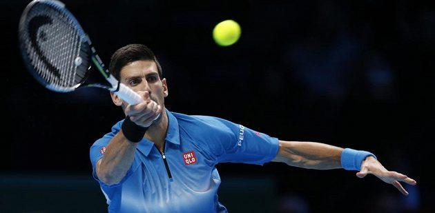 Srb Novak Djokovič během prvního setu, který proti Tomáš Berdychovi vyhrál a zajistil si postup ze skupiny na Turnaji mistrů v Londýně.