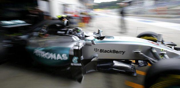 Pilot Mercedesu Nico Rosberg vyjíždí na trať na okruhu v rakouském Spielbergu.
