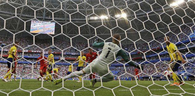 Brankář Švédska Robin Olsen inkasuje gól od Harryho Maguira (první zleva).