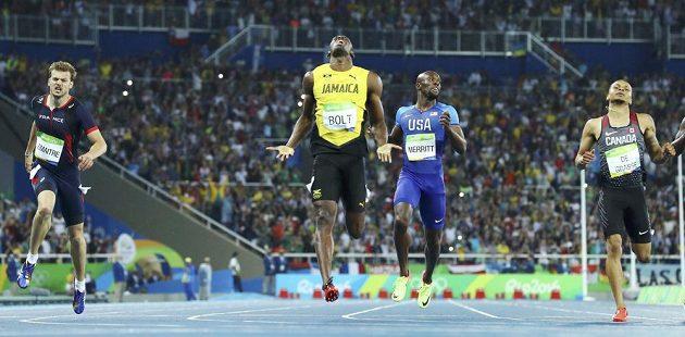 Usain Bolt dobíhá do cíle sprintu na 200m.