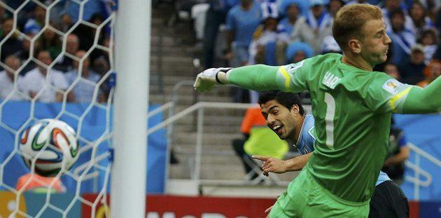 Uruguayec Luis Suárez si naběhl za obranu a Joe Hart v anglické bráně neměl proti jeho hlavičce šanci.