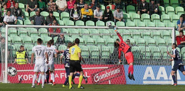 Brankář Milan Heča ze Slovácka vyráží střelu domácí Karviné.