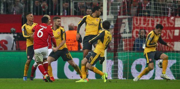 Gól Thiaga Alcantary z Bayernu Mnichov v zápase proti Arsenalu.