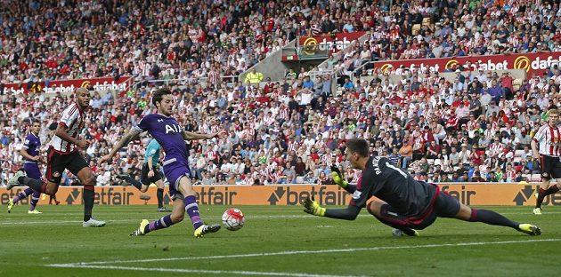 Ryan Mason z Tottenhamu takhle překonává Costela Pantilimona v bráně Sunderlandu.