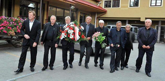 Osm bývalých hráčů brněnské Zbrojovky (zleva) Josef Hron, Jindřich Svoboda, Josef Mazura, Rostislav Václavíček, Karel Jarůšek, Karel Kroupa, Jan Kopenec a Vítězslav Kotásek odjíždí na pohřeb Josefa Masopusta.
