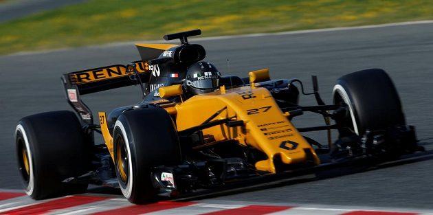 Pilot Renaultu Nico Hülkenberg při testech v Barceloně.