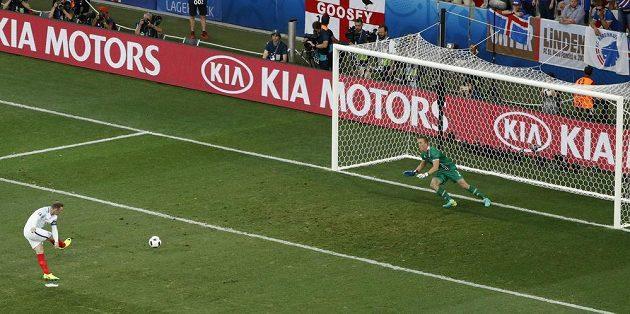 Anglický kapitán Wayne Rooney proměňuje střelou k levé tyči pokutový kop proti Islandu.