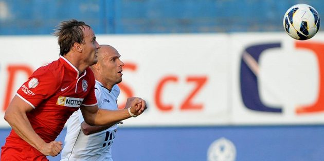 Brněnský stoper Pavel Košťál (vlevo) bojuje o míč se záložníkem Baníku Joelem Lindperem.