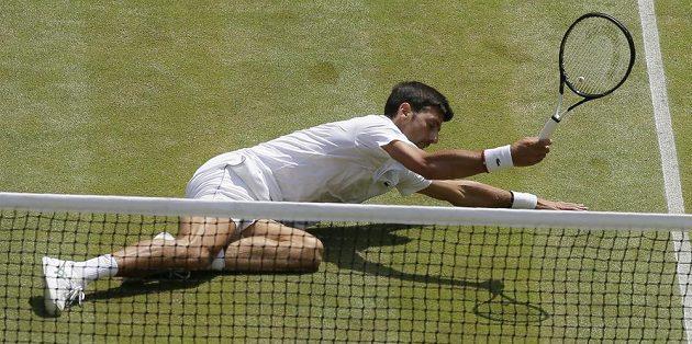 Srbský tenista Novak Djokovič dělal pro úspěch v semifinále Wimbledonu všechno možné.