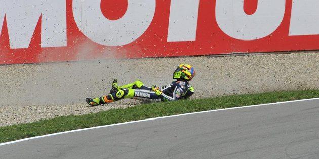 Pád italského jezdce Valentina Rossiho.