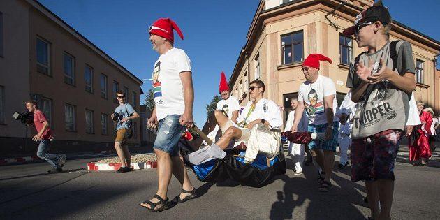Ústí nad Orlicí přivítalo místního rodáka Jaroslava Kulhavého (uprostřed) po úspěchu na OH v japonském stylu, po slavnostním ceremoniálu se vydal průvod účastníků s oslavencem po městě.