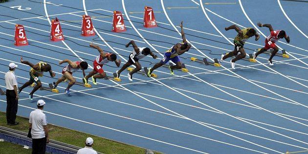 Prázdné místo po pravici Usaina Bolta (druhý zprava) v rozběhu závodu na 100 metrů na MS v Moskvě.