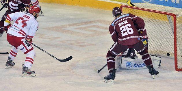 Třinecký hokejista Zbyněk Irgl (vlevo) dává rozhodující gól v sérii proti Spartě. Juraj Mikuš ani brankář Jaroslav Janus pohromě nezabránili.