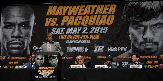 Americký boxer Floyd Mayweather hovoří v Los Angeles k novinářům o duelu s Mannym Pacquiaem.