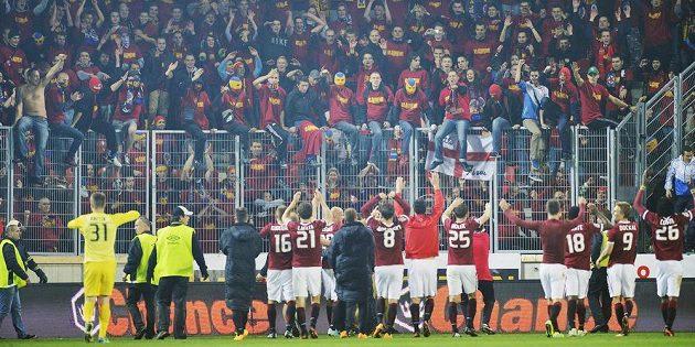 Hráči Sparty zdraví své fanoušky po konci derby na Slavii.