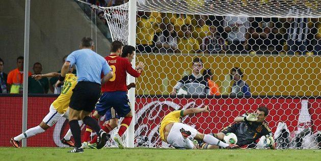 Brazilec Fred střílí ve finále Poháru FIFA gól za záda brankáře Ikera Casillase ze Španělska.