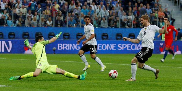 Německý záložník Timo Werner nezištně přihrává míč Larsi Stindlovi, který vstřelil první gól finále Poháru FIFA.