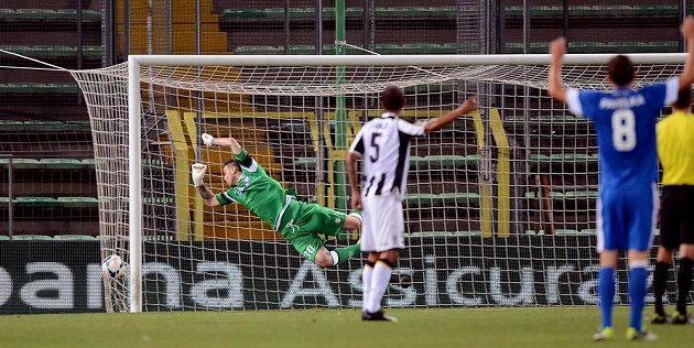 Brankář Udine Ivan Kelava inkasuje první gól z kopačky Sergeje Rybalky (není na snímku).